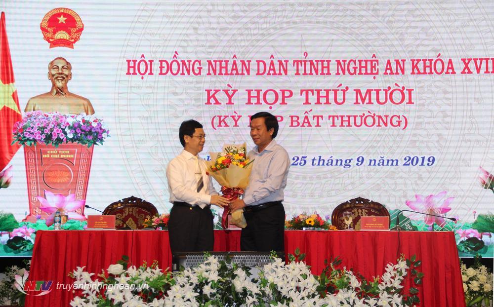 Phó Bí thư Thường trực Tỉnh ủy Nguyễn Xuân Sơn tặng hoa chúc mừng các thành viên Ủy viên ủy ban đãhoàn thành xuất sắc các nhiệm vụ được giao.