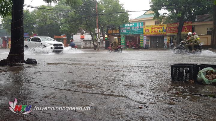 Hàng loạt phương tiện phải quay đầu trở lại vì tuyến đường Nguyễn Thị Minh Khai phía vòng xuyến (đoạn cây xăng) bị ngập nặng.