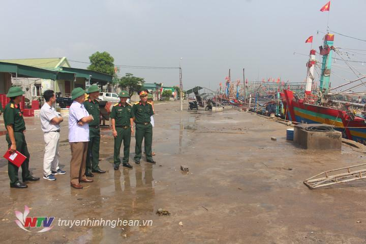 Đoàn công tác của Quân Khu 4 kiểm tra công tác phòng chống cơn bão số 5 tại Cảng Lạch Quèn, huyện Quỳnh Lưu.
