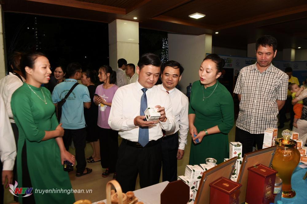 Bí thư Tỉnh ủy Thái Thanh Quý tham quan gian trưng bày sản phẩmsáng tạo Khoa học - Công nghệ và khởi nghiệp đổi mới.