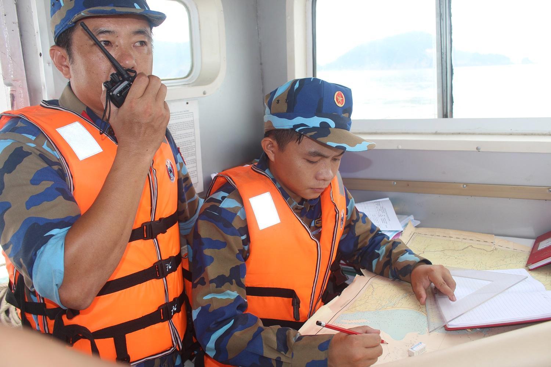 Chỉ huy tàu 15-41-76 tác nghiệp xác định tọa độ tàu cá gặp nạn.