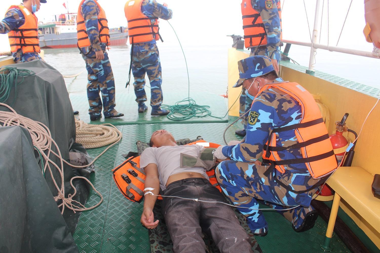 được quân y sơ cứu tạm thời trước khi được tàu 15-41-76 vận chuyển vào bờ bàn giao cho Bộ đội Biên phòng Nghệ An.