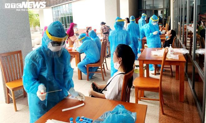 Ngành y tế Đà Nẵng lấy mẫu xét nghiệm COVID-19 cho người dân.