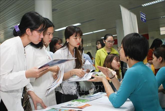 Sinh viên Đại học sư phạm Hà Nội tìm hiểu thông tin việc làm từ nhà tuyển dụng.