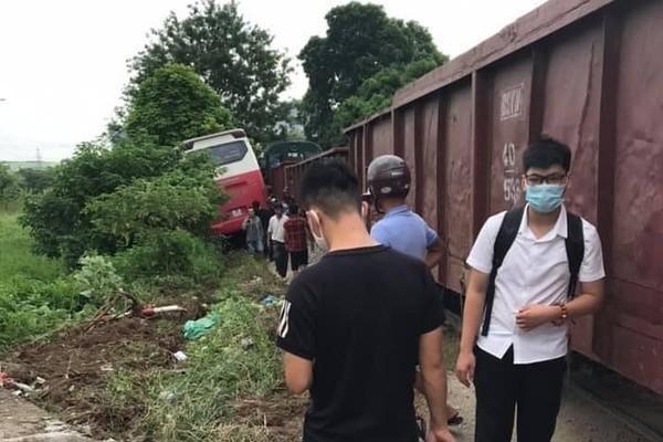 Hiện trường vụ tàu hoả va chạm với xe 45 chỗ chở học sinh tại quận Nam Từ Liêm, TP Hà Nội