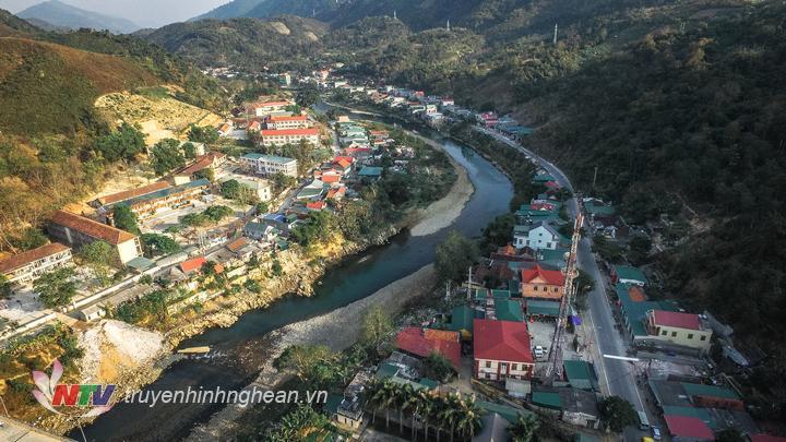 Toàn cảnh thị trấn Mường Xén, huyện Kỳ Sơn nhìn từ trên cao. (Ảnh: Duy Khánh)