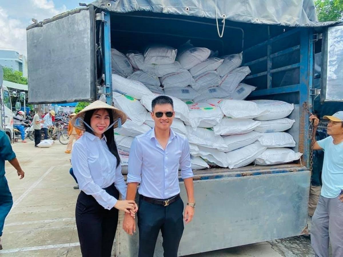 Vợ chồng Công Vinh - Thủy Tiên trong một chuyến làm từ thiện
