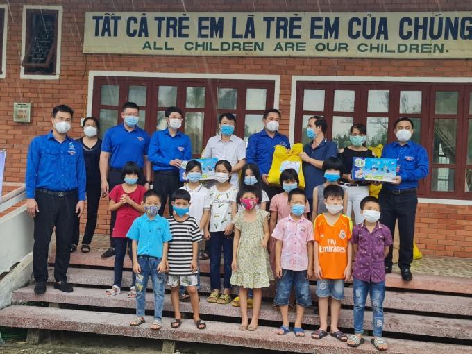 Thành đoàn Vinh trao quà cho trẻ em làng SOS Vinh.