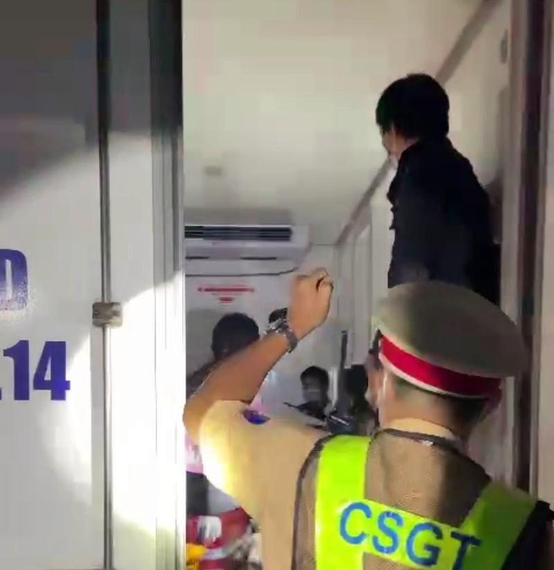 CSGT phát hiện 15 người trong thùng xe.