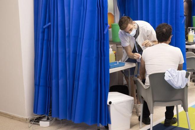 Một người Israel được tiêm vaccine ngừa Covid-19. Ảnh: Bloomberg.