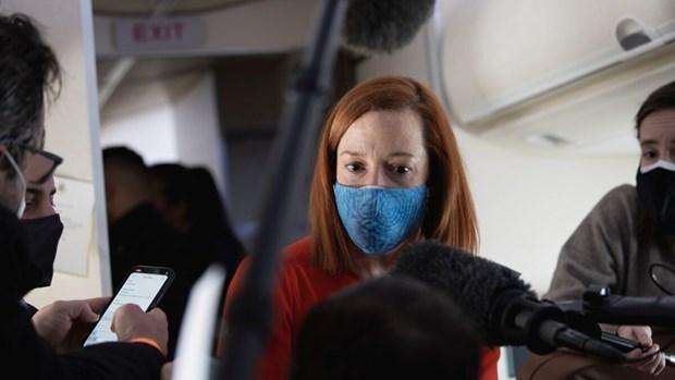 Người phát ngôn Nhà Trắng Jen Psaki trả lời báo chí trên chuyên cơ Không lực 1 chở Tổng thống Joe Biden. (Ảnh: AFP)