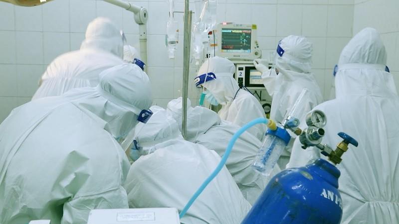 Y bác sĩ bệnh viện Hùng Vương cấp cứu cho sản phụ nhiễm SARS-CoV-2. Ảnh: Đoàn làm phim cung cấp.