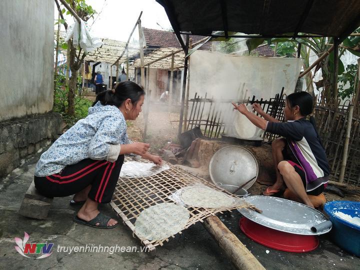Về xã Hùng Sơn huyện Anh Sơn dịp này sẽ được chứng kiến không khí lao động tất bật của những người dân làm nghề bánh đa sắn
