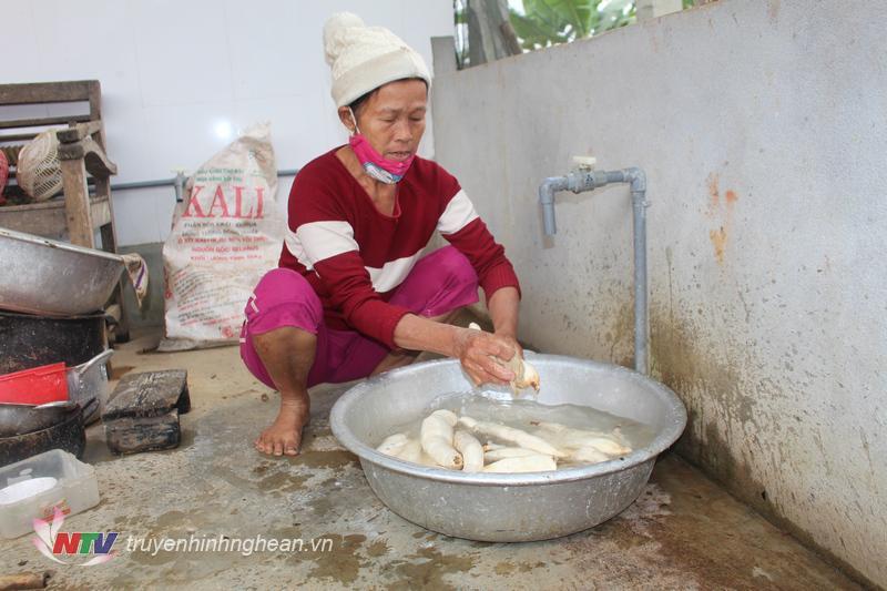Nếu như món bánh đa thường thấy được làm từ nguyên liệu bột gạo thì bánh đa của bà con Hùng Sơn được làm từ sắn mì loại ngon người dân tự trồng
