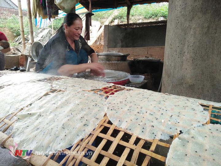 Vào những ngày này, gia đình chị Trần Thị Thanh Thúy thôn 9 xã Hùng Sơn phải bắt đầu công việc từ 3h sáng để chuẩn bị nguyên liệu.