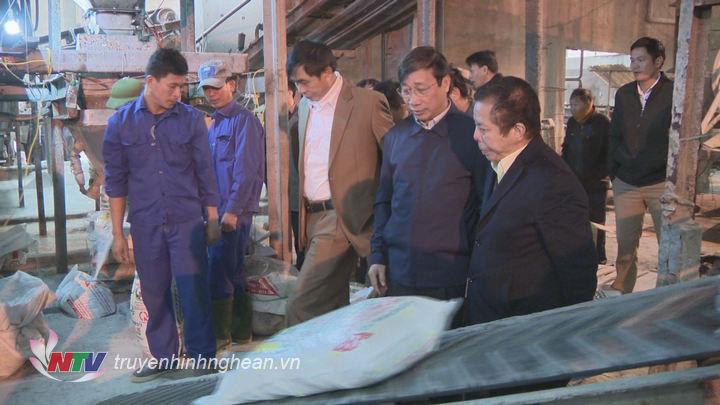 Các đại biểu tham quan dây chuyển sản xuất.