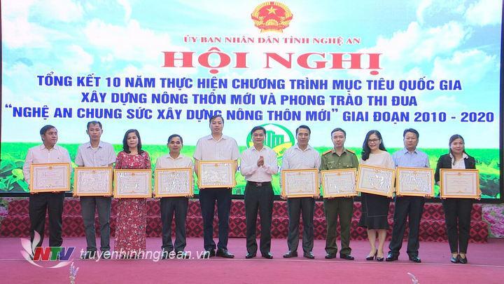 """Chủ tịch UBND tỉnh trao Bằng khen cho các tập thể có thành tích xuất sắc trong phong trào thi đua """"Nghệ An chung tay xây dựng nông thôn mới"""" giai đoạn 2010 - 2020."""