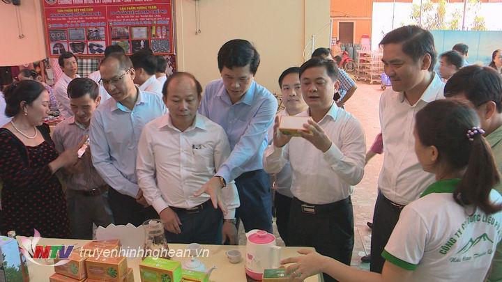 Các đại biểu thăm gian hàng giới thiệu sản phẩm NTM bên lề hội nghị.