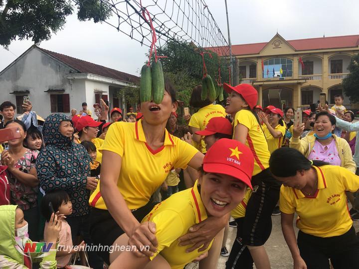 Chị em phụ nữ sôi nổi tham gia các trò chơi trong ngày kỷ niệm.