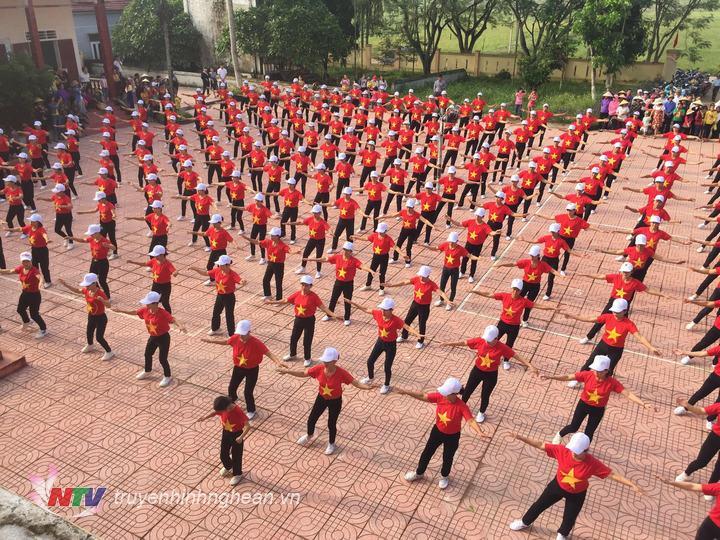 Màn đồng diễn của hội viên phụ nữ huyện Đô Lương.