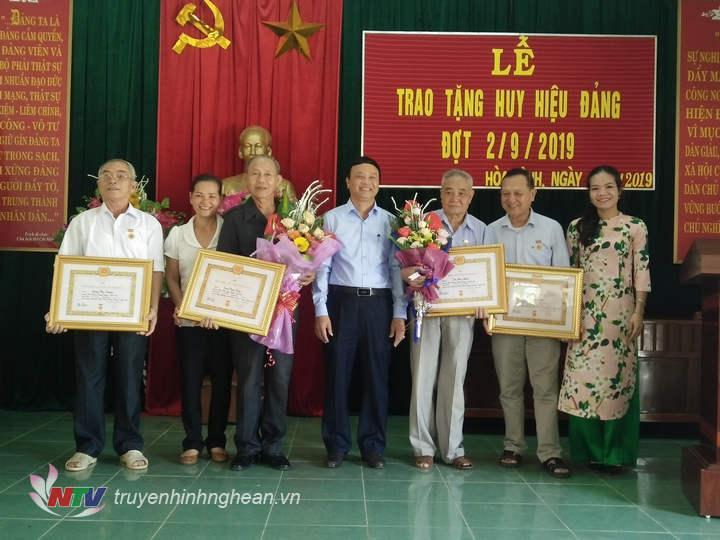 Đồng chí Nguyễn Văn Hải, TUV, Bí thư huyện ủy huyện Tương Dương trao huy hiệu Đảng cho các đảng viên lão thành.