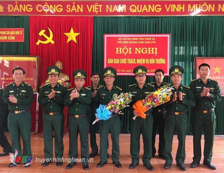 Đại tá Trần Hải Bình tặng hoa chúc mừng Trung tá Đậu Đình Thành và Thiếu tá Nguyễn Hồng Đức.