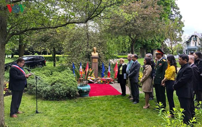 Kỷ niệm ngày sinh Chủ tịch Hồ Chí Minh bên cạnh tượng đài Bác ở công viên Montreau.(Nguồn VOV)