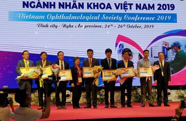 Khen thưởng cho các bệnh viện, các tổ chức quốc tế và cá nhân có thành tích công tác phòng chống mù lòa tại Việt Nam.