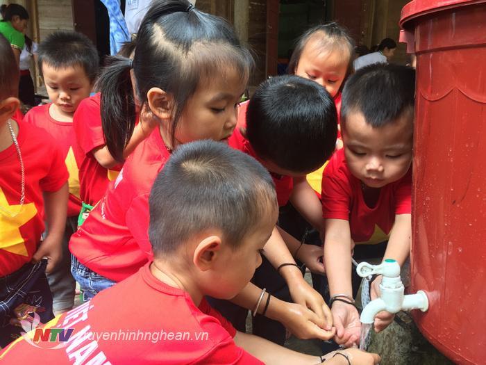 Rửa tay bằng xà phòng trước giờ ăn trưa của các cháu trường mầm non Mai Sơn, huyện Tương Dương.
