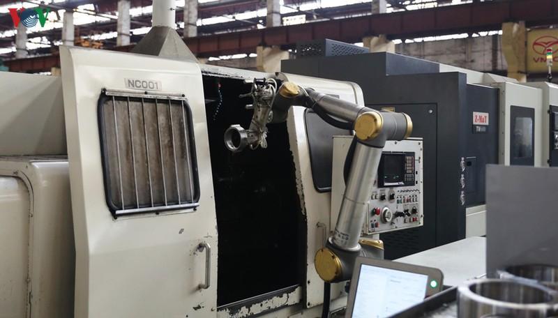 Cobot UR10 hoạt động trong khâu mài, một trong những khâu nguy cơ cao trong an toàn lao động.
