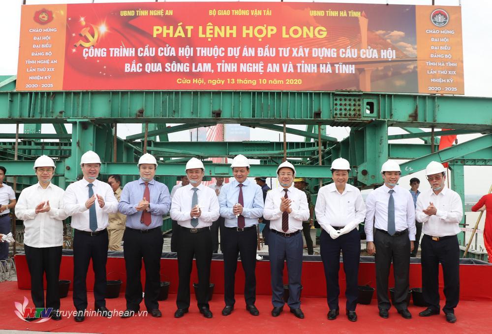 Các đồng chí lãnh đạo Bộ GTVT, Nghệ An và Hà Tĩnh chúc mừng sau khi thực hiện nghi thức hợp long cầu Cửa Hội.
