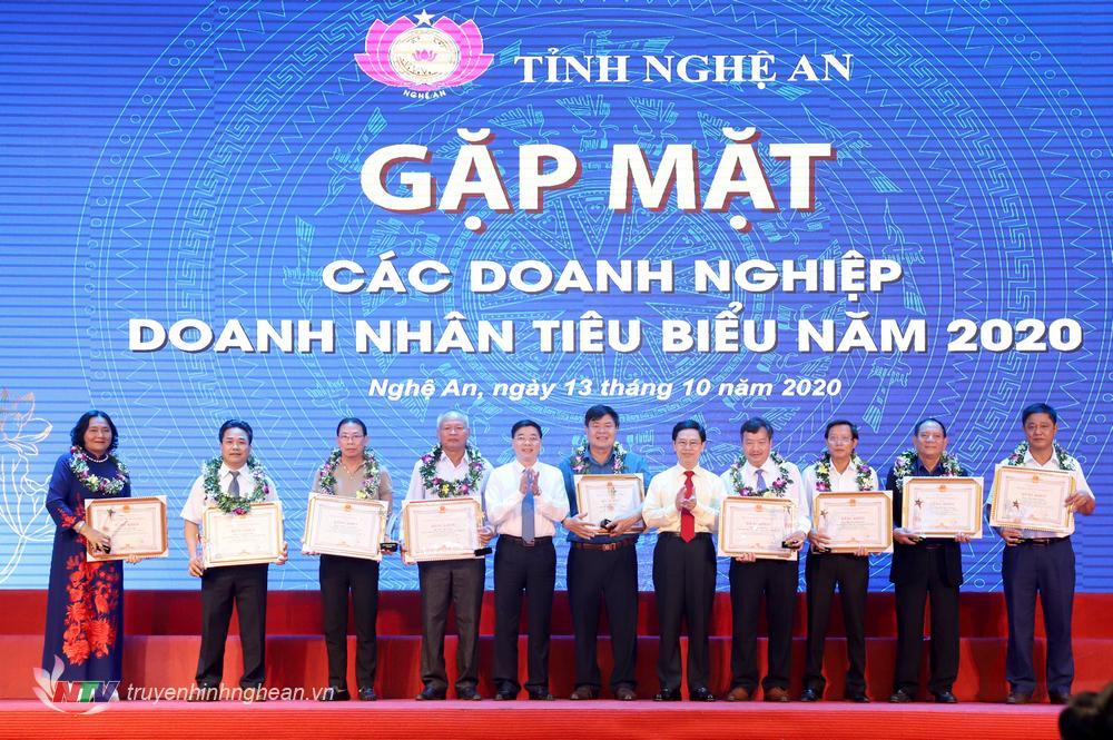Các đồng chí lãnh đạo tỉnh tặng Bằng khen cho 20 doanh nghiệp và 10 doanh nhân tiêu biểu có thành tích xuất sắc