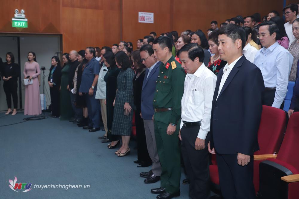 Các đại biểu dành 1 phút tưởng niệm các cán bộ, chiến sỹ đã hy sinh, và những người dân đã mất trong đợt mưa lũ vừa qua.