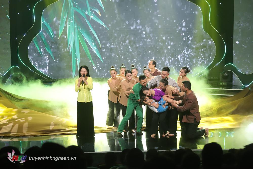 Ảnh: Ca khúc Thương lắm Miền Trung ơi. Biểu diễn: Đinh Thành Lê & Tốp múa Trung tâm Nghệ thuật truyền thống Nghệ An.