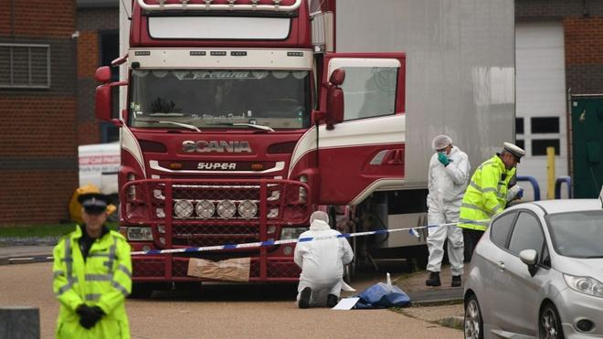 Hiện trường nơi tìm thấy xe container chở 39 người Việt. Ảnh: AFP.