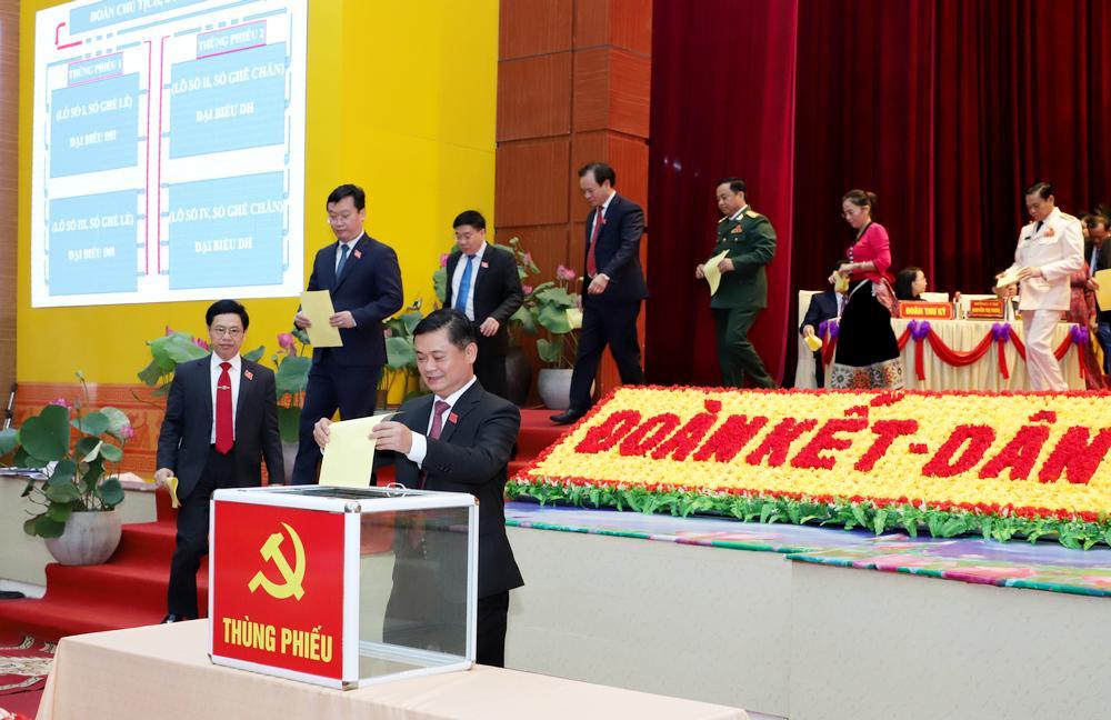 Các đại biểu bỏ phiếu bầu Ban Chấp hành Đảng bộ Nghệ An lần thứ XIX nhiệm kỳ 2020 - 2025