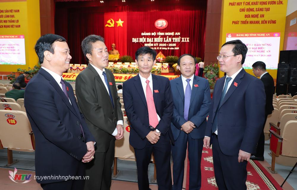 Các đại biểu gặp gỡ bên lề Đại hội.
