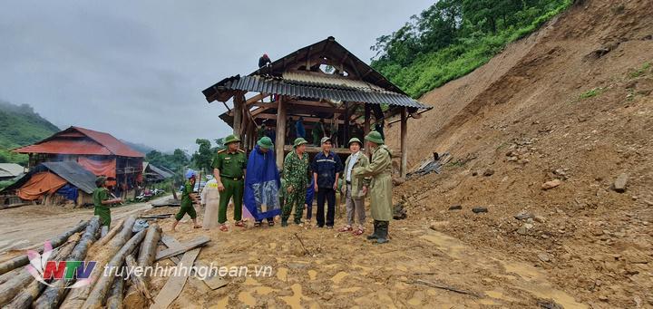 Huyện ủy, UBND huyện đã trao cho  hộ ông Cụt Văn Sơn và hộ ông Cụt Văn Mạnh đang phải tháo dỡ nhà mỗi hộ 5 triệu đồng.