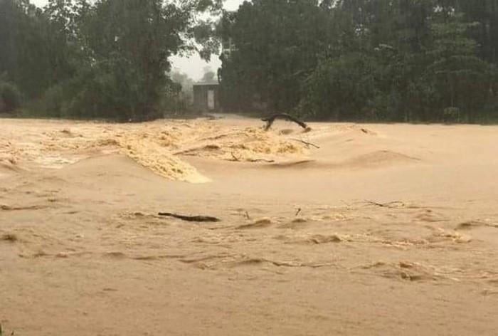 Nước lũ từ thượng nguồn đổ về cuồn cuộn khiến nhiều nơi ở Nghệ An ngập sâu - Ảnh: T. Chương