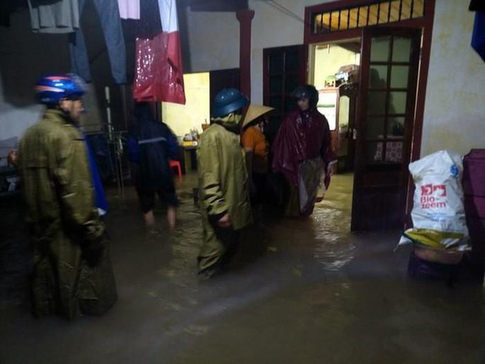 Lực lượng chức năng phải tiến hành di tản khẩn cấp nhiều hộ dân trong đêm ngày 29-10.