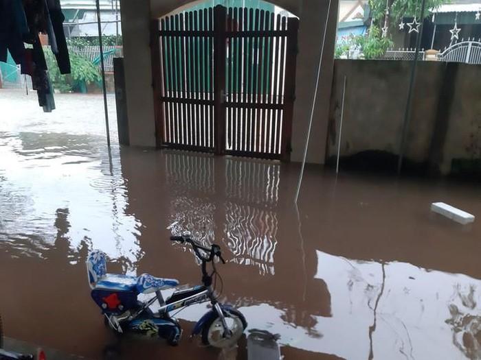 Nước tràn vào nhà người dân phải di dời đồ đạc trong đêm 29-10 ở huyện Thanh Chương
