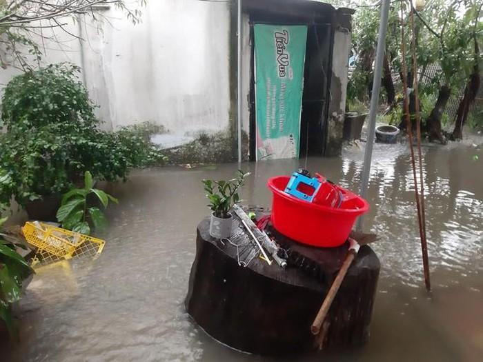 Mưa lớn khiến các tuyến đường tại TP Vinh sáng ngày 30-10 ngập