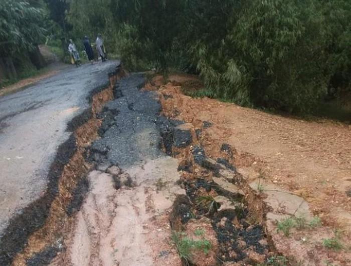 Một tuyến đường tại huyện Thanh Chương, Nghệ An bị sạt lở do mưa lớn keo dài - Ảnh: T. Chương