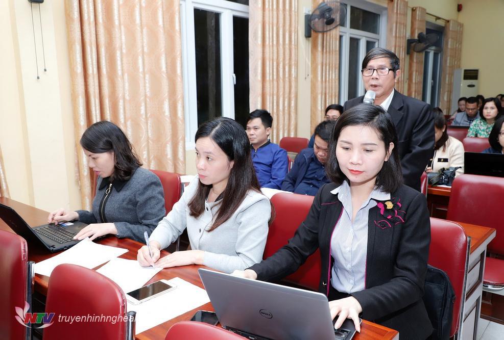 Đại diện cơ quan báo chí đặt câu hỏi tại cuộc họp báo.