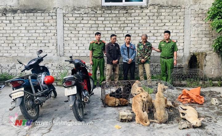 Các đối tượng cùng tang vật bị bắt dữ tại trụ sở Công An phường Quỳnh Thiện.