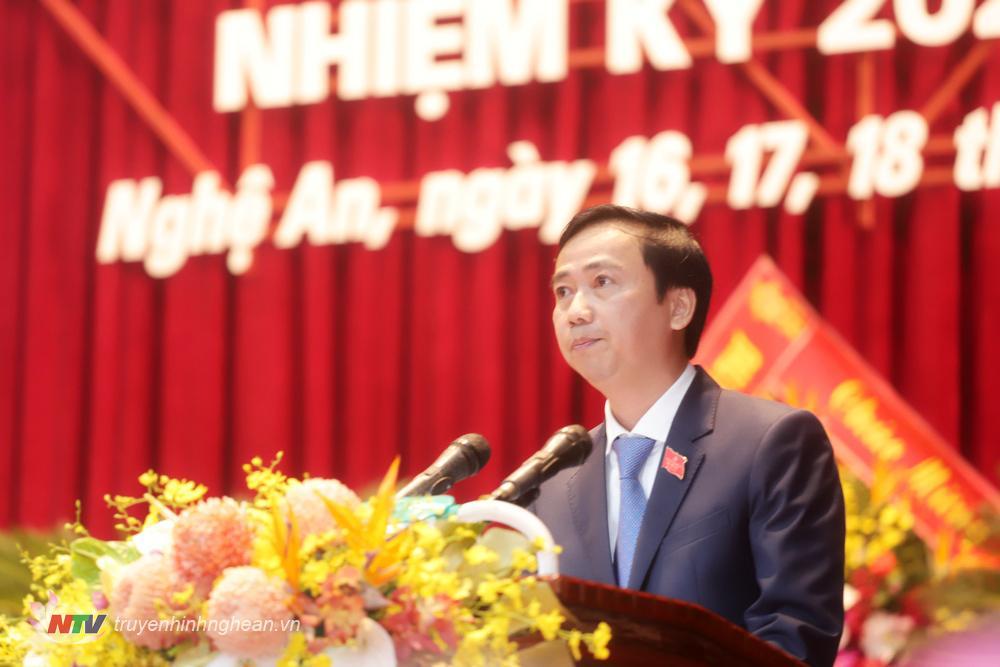 Đồng chí Nguyễn Ngọc Hiền, Bí thư Đảng ủy, Chủ tịch Hội đồng Trường Đại học Vinh phát biểu tham luận.