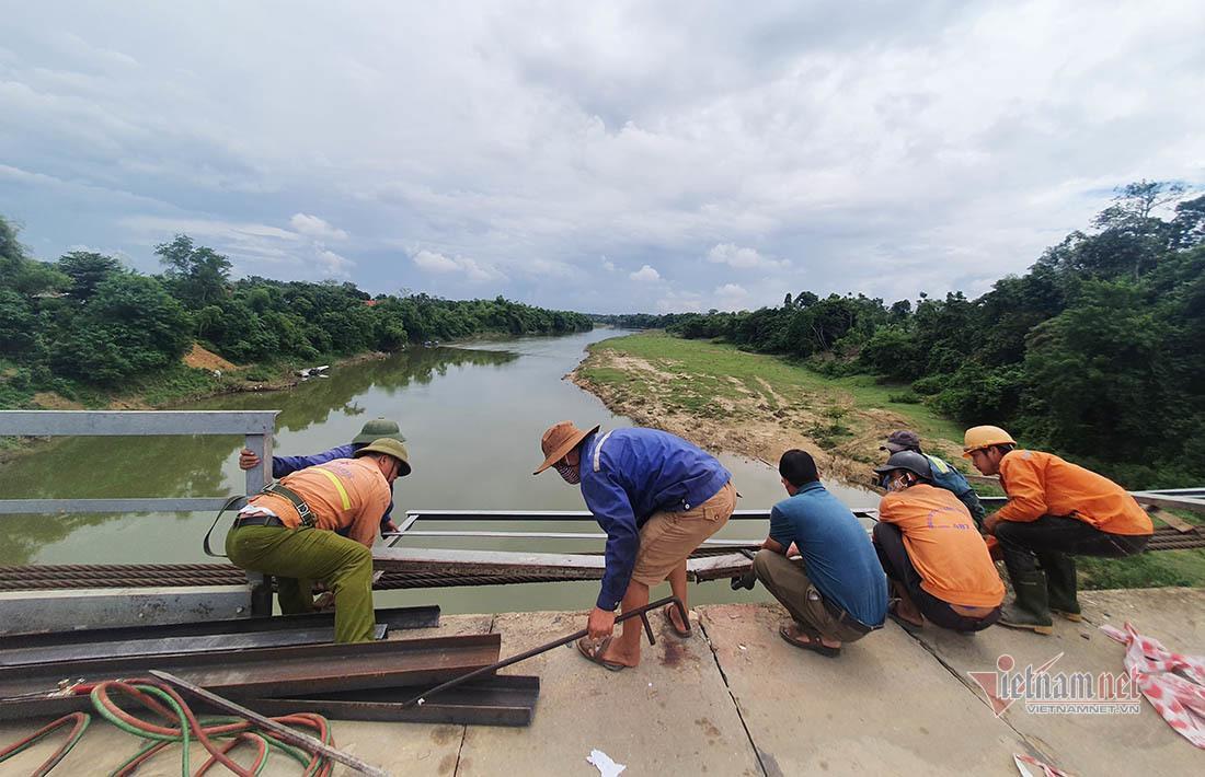 Nhóm công nhân đang khắc phục lan can sau vụ TNGT ô tô đâm xe máy lao xuống sông. Ảnh VNN