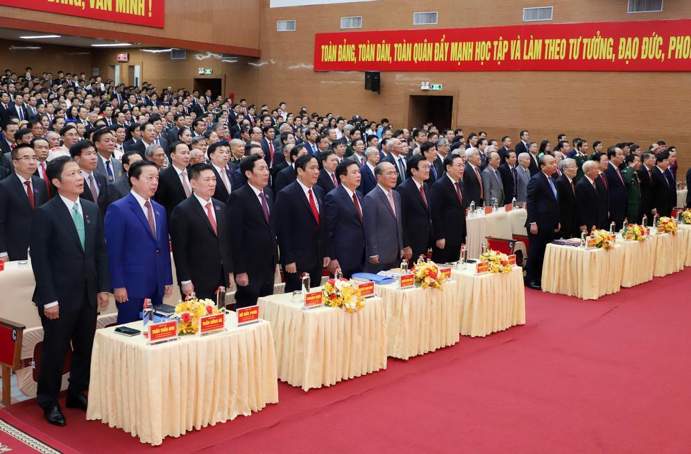 Các đại biểu thực hiện nghi thức chào cờ.