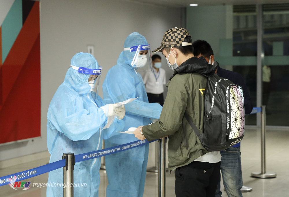 Hành khách từ miền Nam trở về khai báo tại Cảng hàng không Quốc tế Vinh.