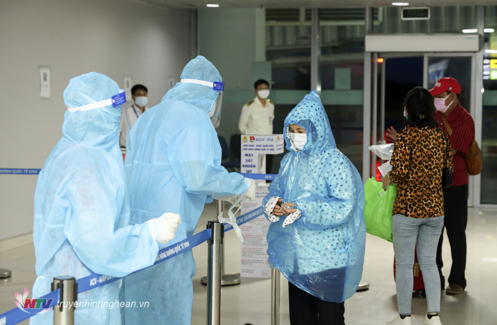 Hành khách từ miền Nam về khai báo tại Cảng hành không Quốc tế Vinh.